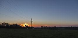 Sonnenuntergang mit Stromtrasse