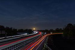 Mond und Sterne über der Autobahn