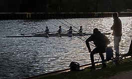 Angler und Ruderer am Kanal