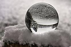 Kugel im Schnee