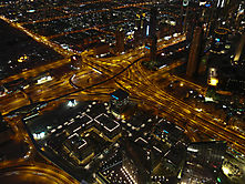 Abends vom Burj Khalifa auf die Sheikh Zayed Road