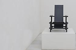 Stühle kunstvoll in Szene