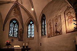 Wandbilder und Kirchenfenster
