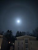 Seltsamer Mond
